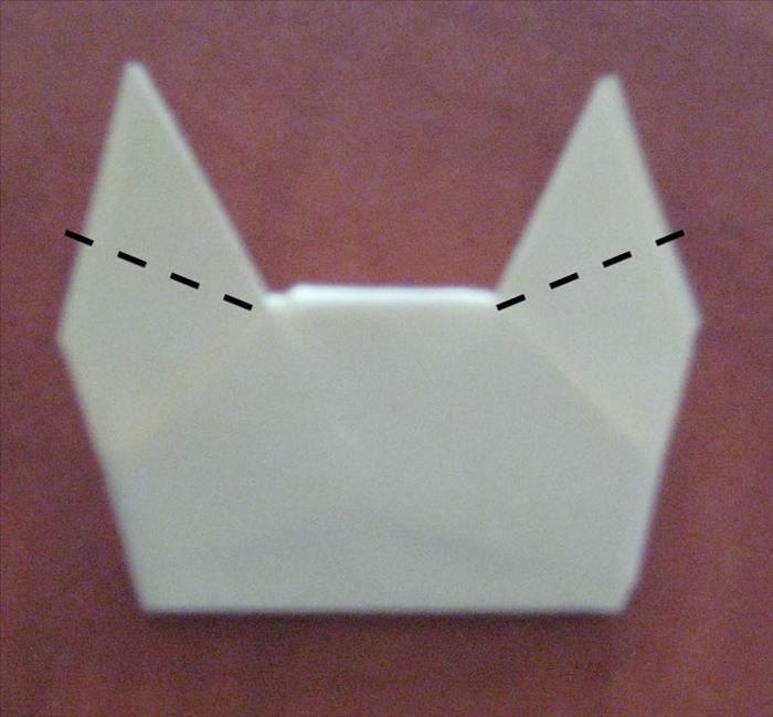 הפכו את הנייר. אם תשאירו כך - קיבלתם בובת חתול. בכדי לעשות חזירון, קפלו את האוזניים כלפי מטה.