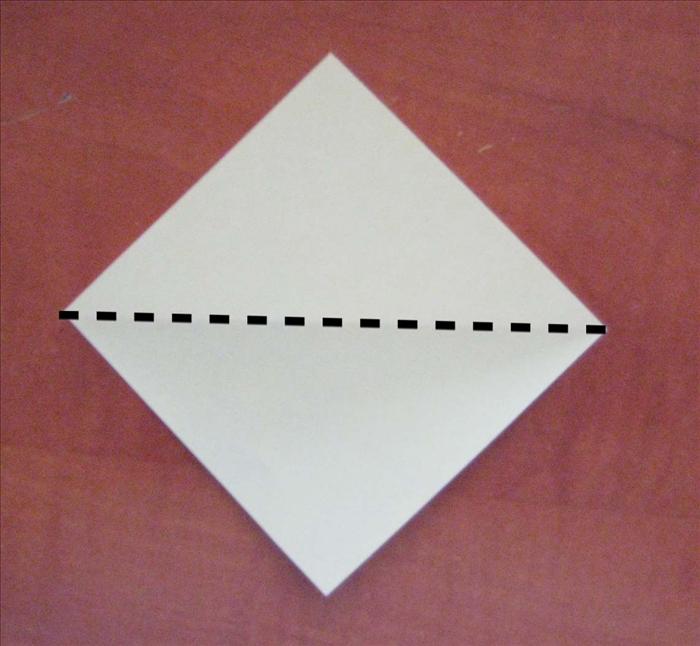 קפלו את הנייר אלכסונית לחצי.