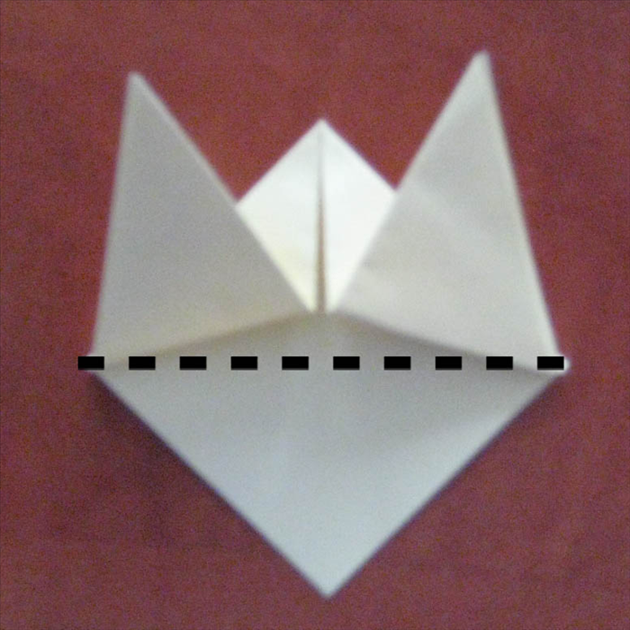 קפלו את השכבה העליונה כלפי מעלה. הפכו את הנייר.